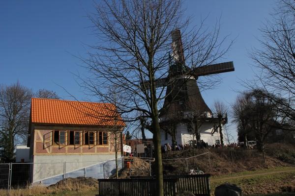 Windmühle Johanna und das Backhaus bei der Einweihungsfeier