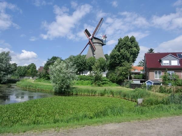 Windmühle in idyllischer Umgebung